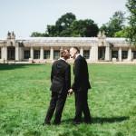 Hochzeitsfotograf-Berlin-Tilman-Vogler-Hochzeitspaar-Kuessend-Schwule-Hochzeit-Sommerhochzeit-gleichgeschlechtliche-Hochzeit-Rathaus-Schoeneberg_Hochzeitsfotografie