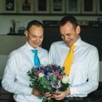 Hochzeitsfotograf-Berlin-Tilman-Vogler-Hochzeitspaar-Maenner-Schwulenhochzeit-gleichgeschlechtliche-Hochzeit-Sommer-Krawatten-Blau-Gelb-Blumenstrauss_Hochzeitsfotografie