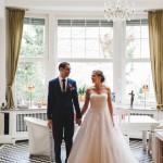 Hochzeitsfotograf-Solingen-Berlin-Tilman-Vogler-Hochzeitspaar-Ohligs-Gluecklich-Villa-Haendchen-haltend_Hochzeitsfotografie