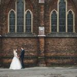 Hochzeitsfotograf-Solingen-Berlin-Tilman-Vogler-Hochzeitspaar-Ohligs-Kirche-Glücklich-eingerahmt_Hochzeitsfotografie