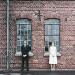 Hochzeitsfotograf-Solingen-Berlin-Tilman-Vogler-Industriemuseum-Hochzeitspaar-Backsteinwand-Industriell_Hochzeitsfotografie