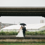 Hochzeitsfotograf-Solingen-Berlin-Tilman-Vogler-gueterhallen-ehemaliger-hauptbahnhof-brautpaar-industriell-urban-Regen-Regenschirm_Hochzeitsfotografie