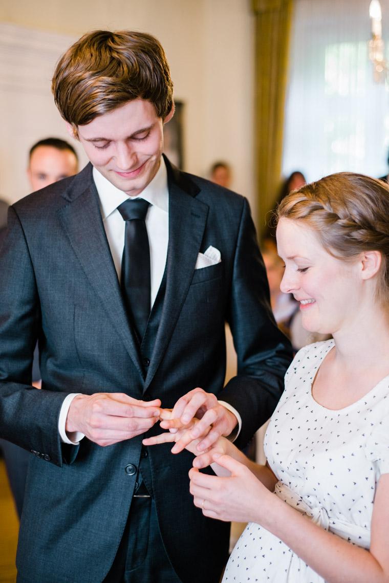 Brautpaar steckt sich die Ringe an im Standesamt Haus Kirschheide in Solingen