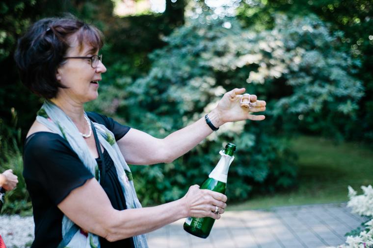 Brautmutter öffnet Sektflasche