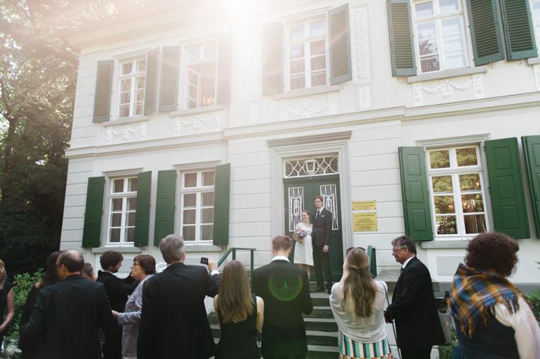 Hochzeitsgesellschaft vor Standesamt Haus Kirschheide in Solingen