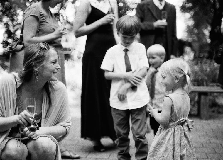 Kinder spielen vor Standesamt