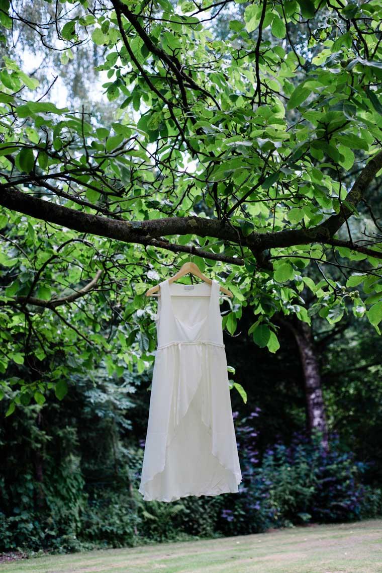 Brautkleid hängt in Baum