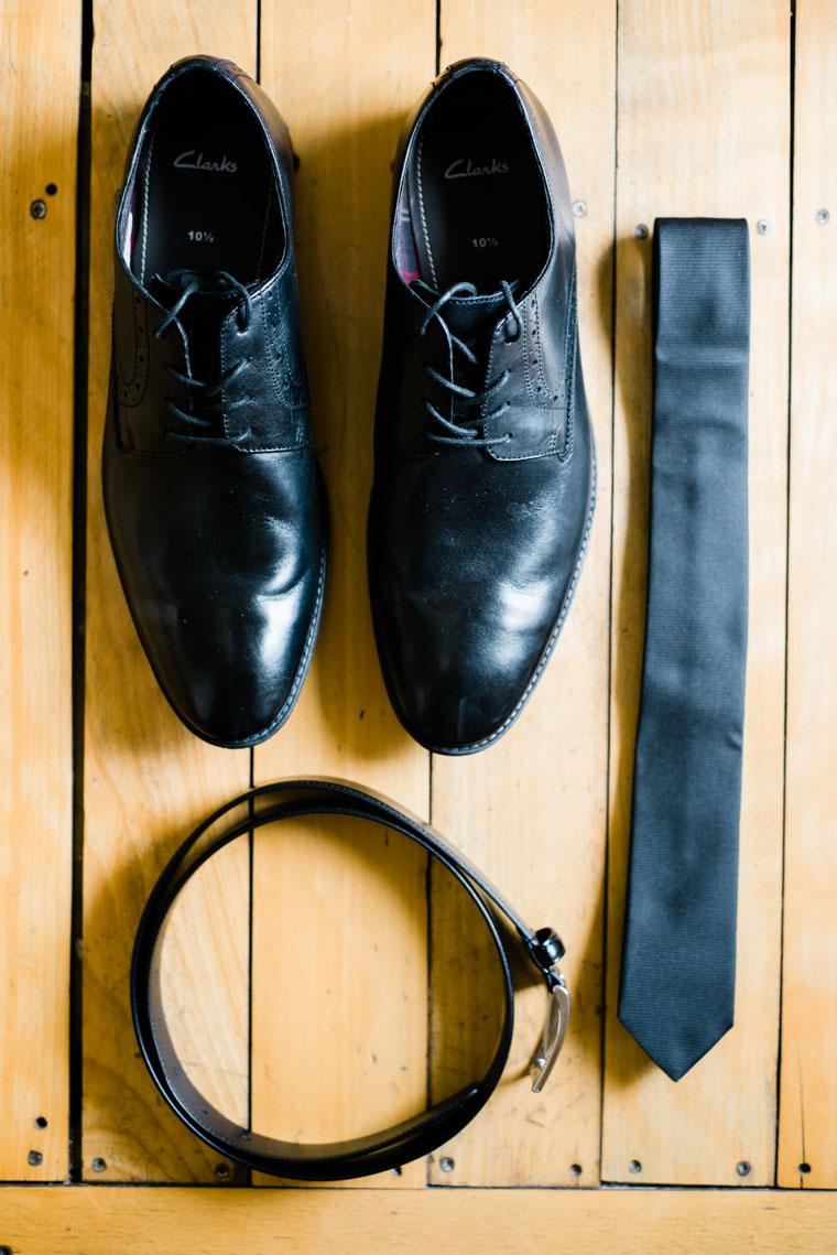 Schuhe Krawatte und Gürtel des Bräutigams
