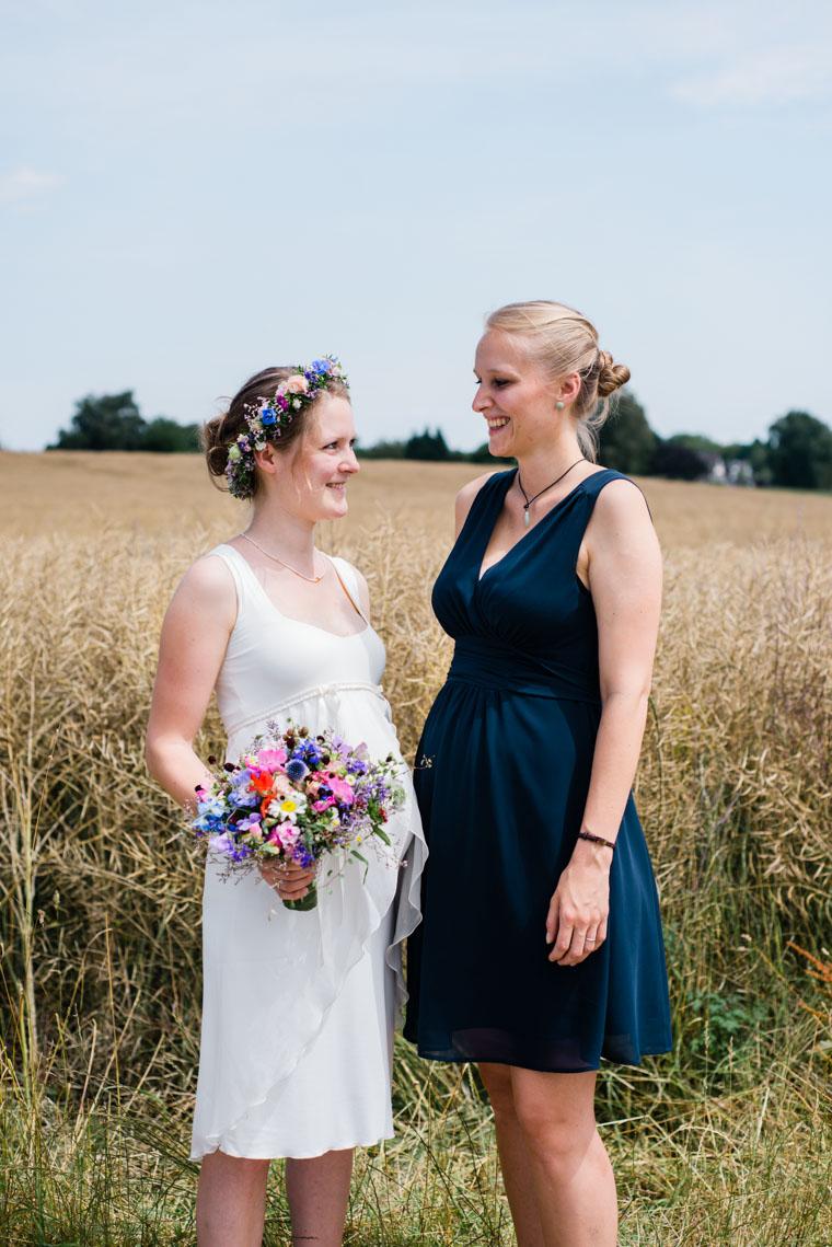 Schönes Foto von Braut und Trauzeugin