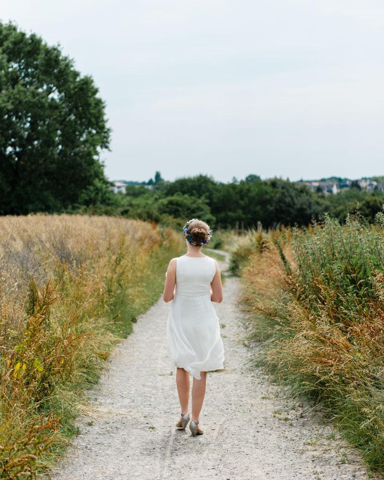 Braut geht über Feldweg