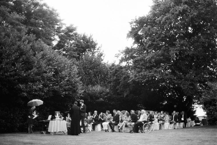 Hochzeitsgesellschaft bei Gartenhochzeit