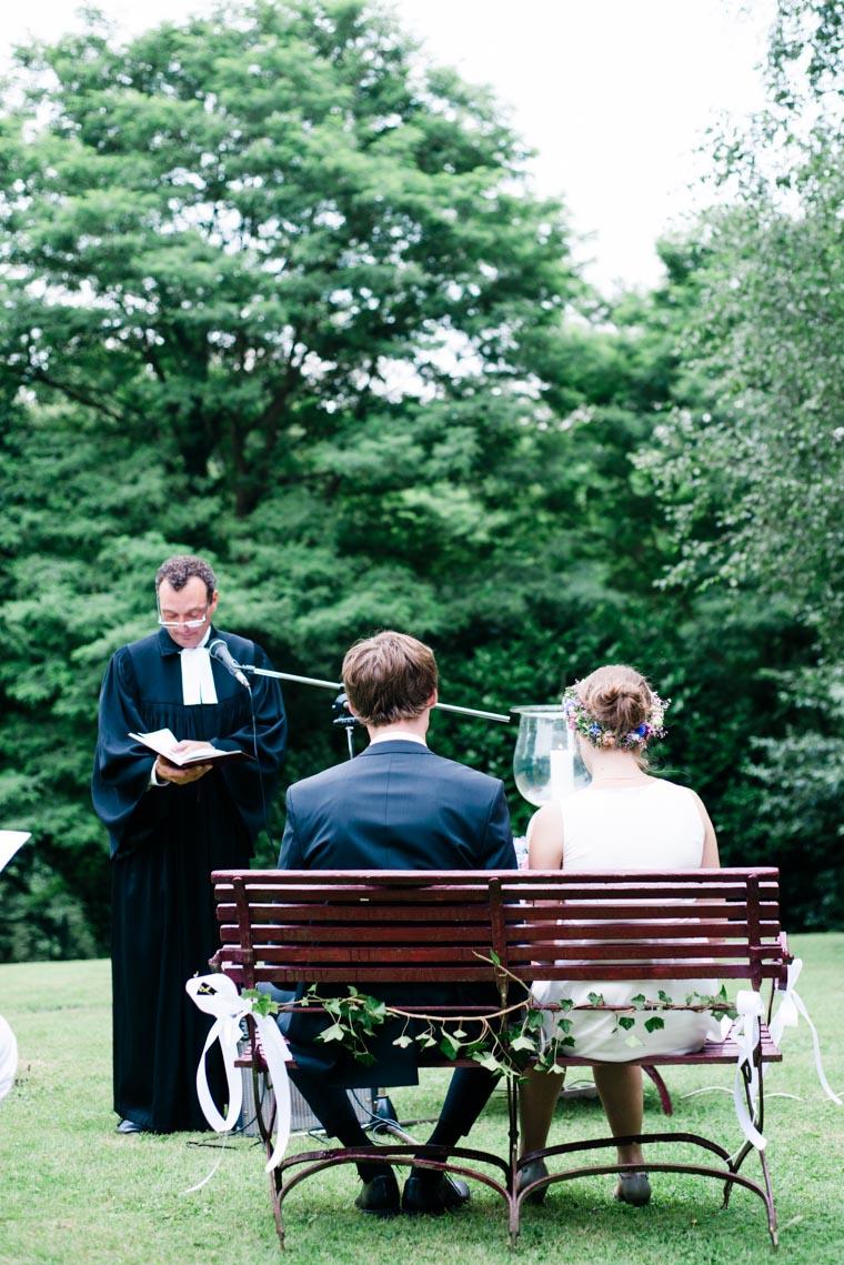 Pfarrer spricht zu Brautpaar
