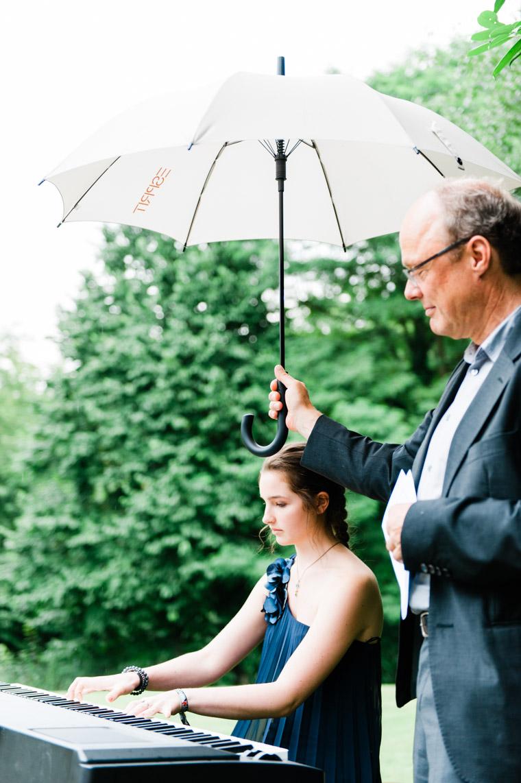 Musiker auf Hochzeit bei Regen