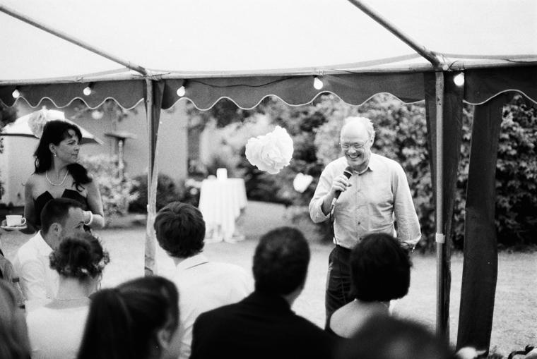 Brautvater spricht zu Hochzeitspaar