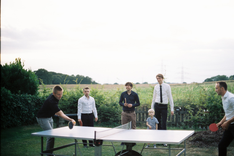 Hochzeitsgäste spielen Tischtennis