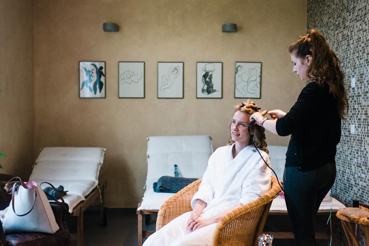 Foto von Getting Ready Vorbereitungen der Braut mit Makeup Artist