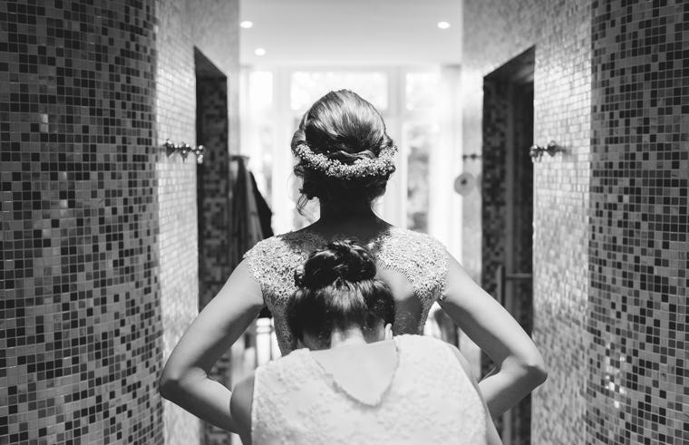 Braut beim Getting Ready Vorbereitungen