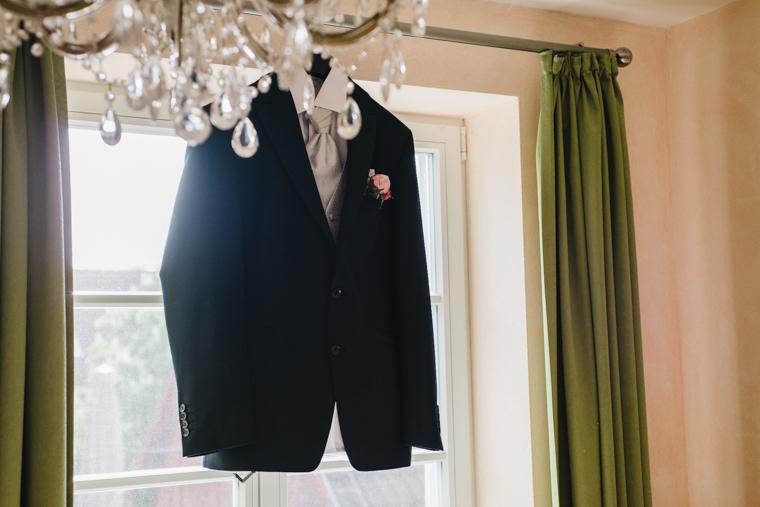 Anzug des Bräutigams hängt im Fenster