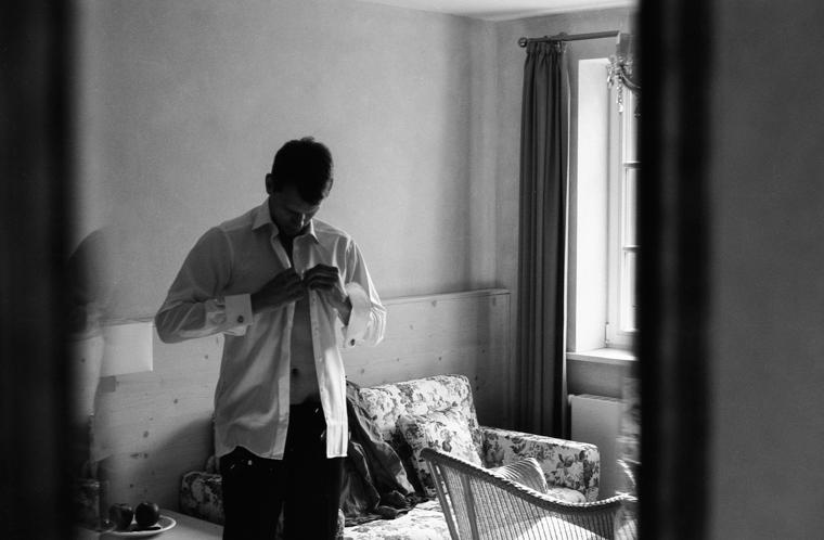 Bräutigam bei Vorbereitungen Getting Ready Hemd anziehen
