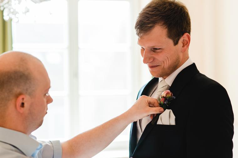 Bräutigam und Trauzeuge beim Getting Ready Vorbereitungen
