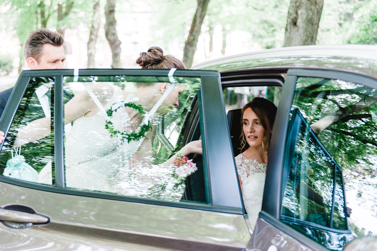 Ankunft Braut steigt aus Hochzeitsauto aus