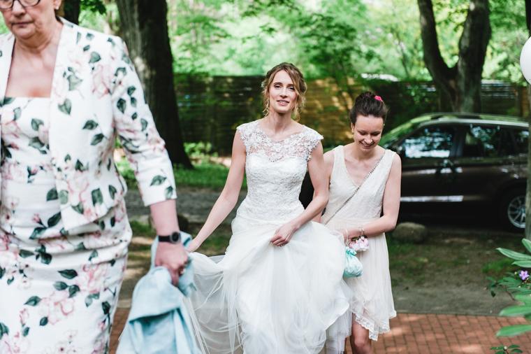 Braut geht begleitet von Mutter und Schwester Treppe zur Waldkapelle Bad Belzig hinauf