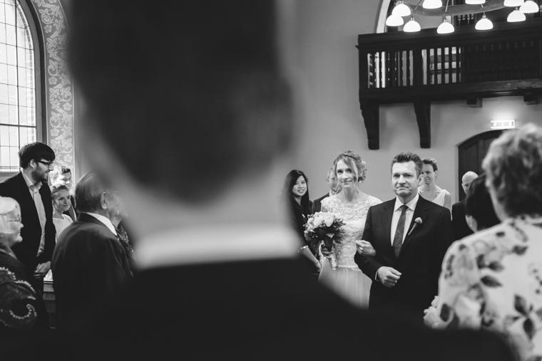 Braut wird von Brautvater zu Bräutigam geführt und übergeben