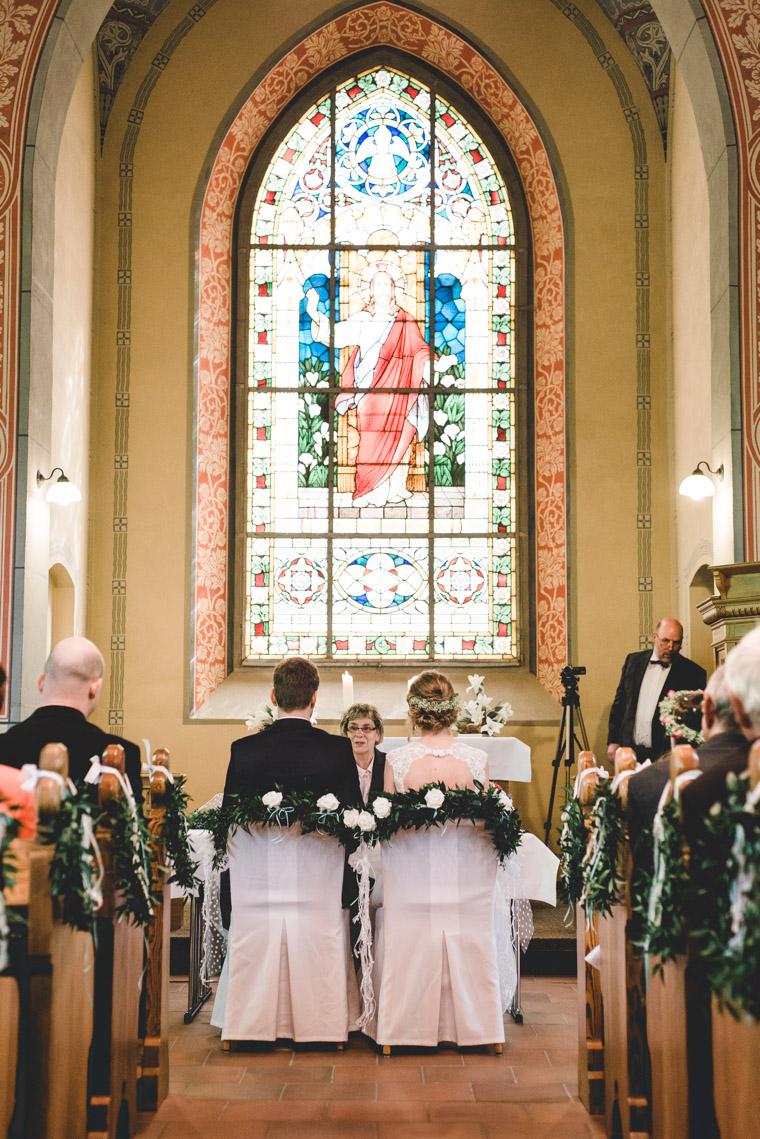 Brautpaar sitzt vor Standesbeamtin