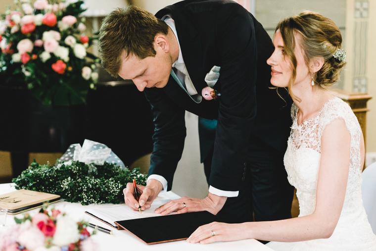 Brautpaar bei der Unterschrift