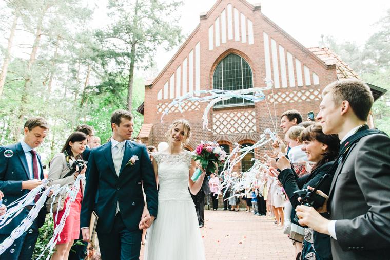 Brautpaar und Freunde beim Verlassen der Kirche