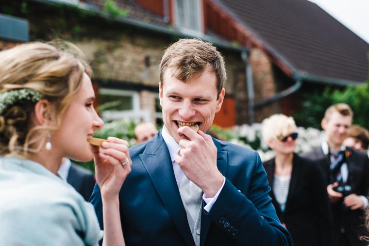 Hochzeitsbrauch Braut und Bräutigam essen Brot mit Salz