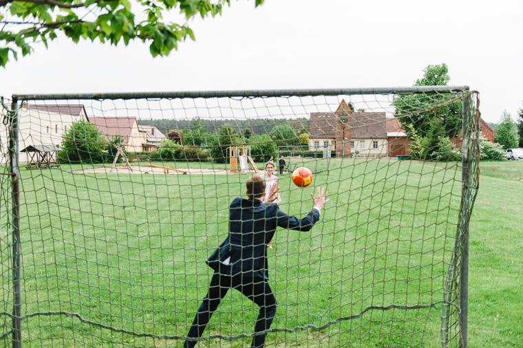Braut und Bräutigam spielen Fussball
