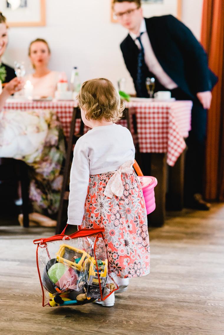 Kleinkind auf Hochzeit