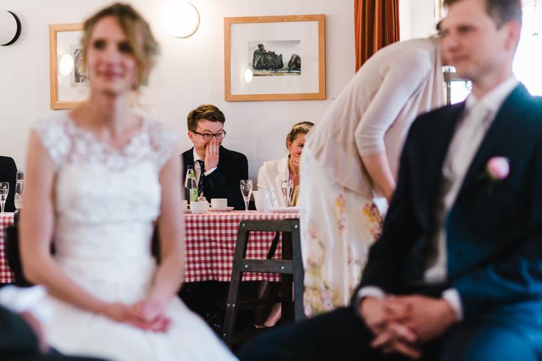 Hochzeitsgäste schmunzeln