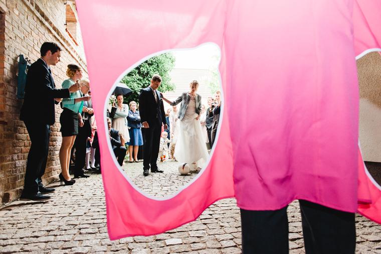Brautpaar beim Torwandschießen