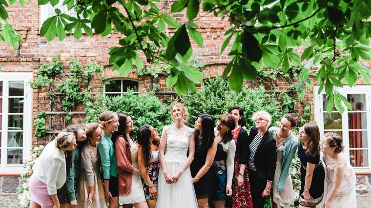 Braut mit ihren besten Freundinnen im Innenhof der Alten Schmiede Niemegk