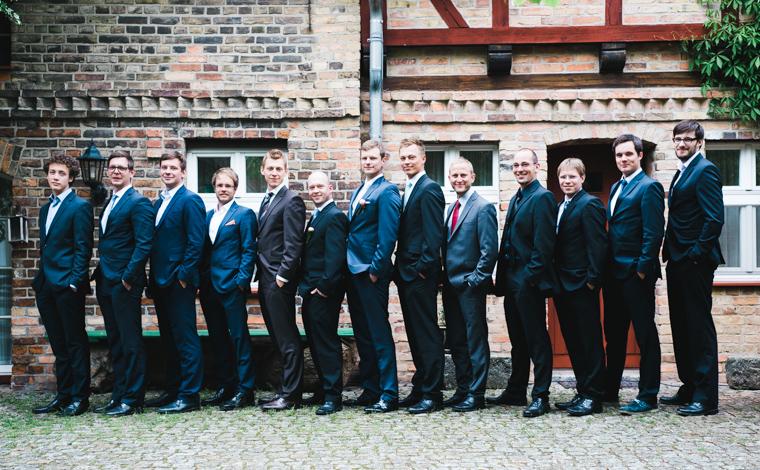 Bräutigam mit besten Freunden im Innenhof der Alten Schmiede Niemegk