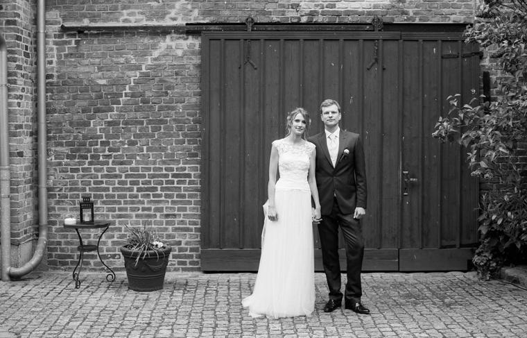 Analoges Foto Brautpaar vor Scheunentor