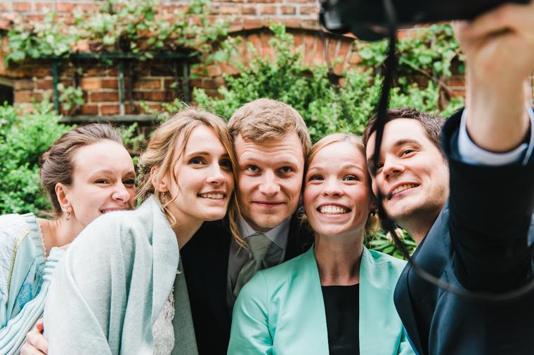 Selfie von Braut und Bräutigam mit Freunden