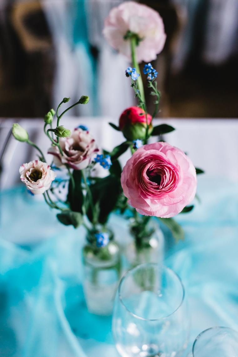 Nahaufnahme Rose Pink Dekor Scheunenhochzeit hellblau