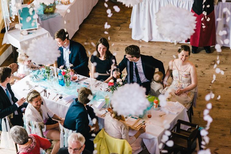 Hochzeitsgäste feiern in alter Scheune in Niemegk