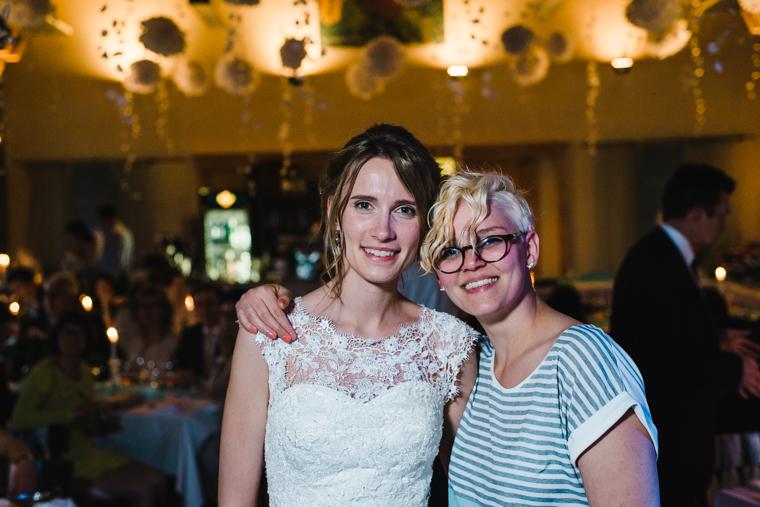Braut mit guter Freundin