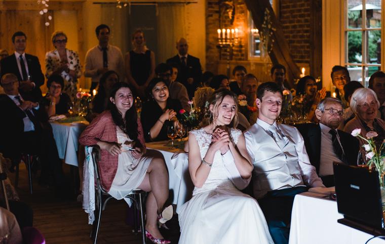 Brautpaar und Gäste lachen