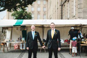 Schwules Hochzeitspaar steht auf Flohmarkt in Berlin