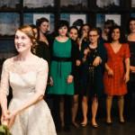 Hochzeitsfotograf-Solingen-Berlin-Tilman-Vogler-Braut-Brautstrauss-werfen-Anspannung_Hochzeitsfotografie