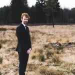 Hochzeitsfotograf-Solingen-Berlin-Tilman-Vogler-Ohligs-Ohligser-Heide-Paar-Landschaft-Braeutigam_Vintage_Handsome_Hochzeitsfotografie