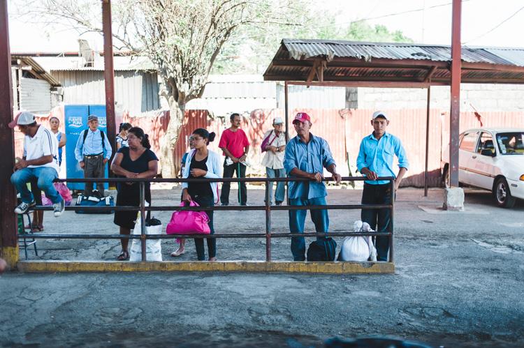 Busbahnhof Managua - Auf den Bus wartend