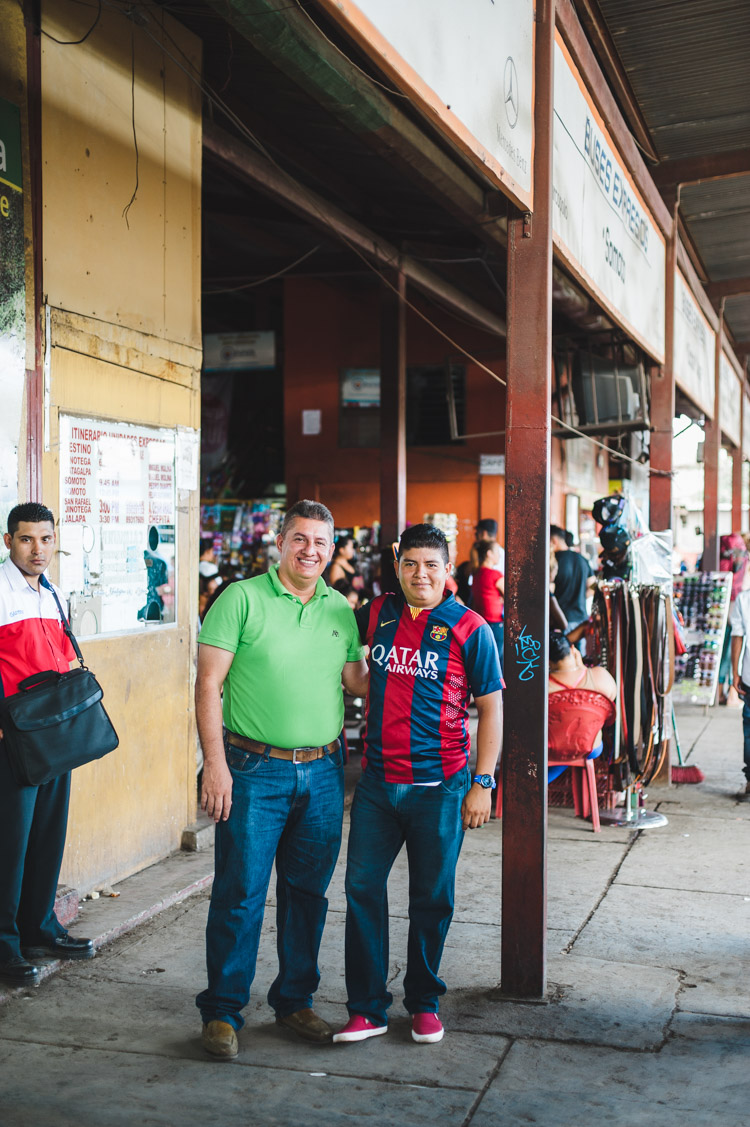 Busbahnhof Managua - Busfahrer und Assistent