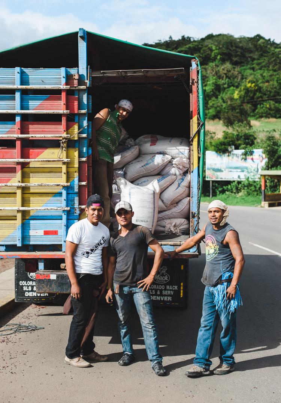 Hector (r.) und seine Kaffeearbeiter-Kollegen