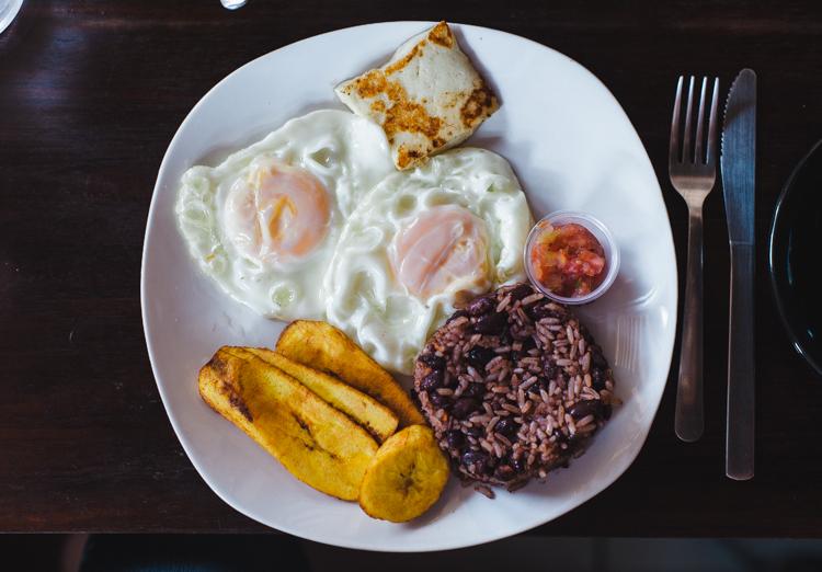 Nicaraguanisches Frühstück! (Reis mit Bohnen, Spiegeleier, Käse, Bananen, Tomaten-Zwiebel-Salat)